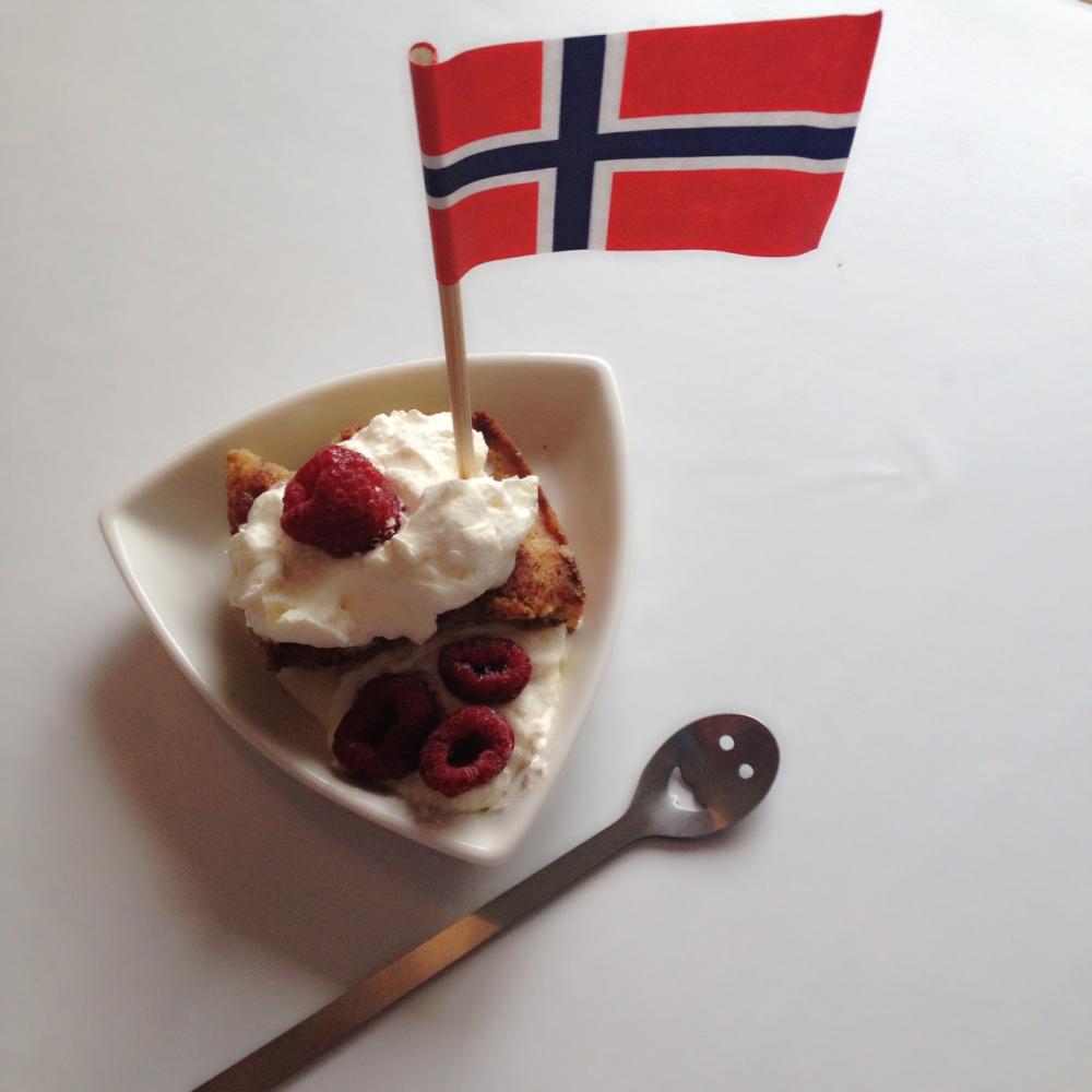 Lchf eplekake med krem og bær/Lchf aple pie and whipped cream