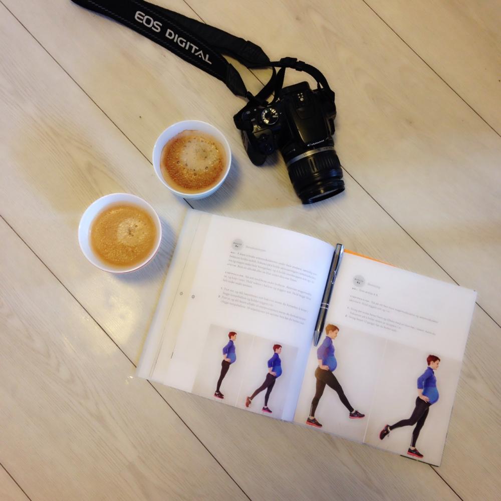 Kaffe, øvelsesbok og kamera er et must