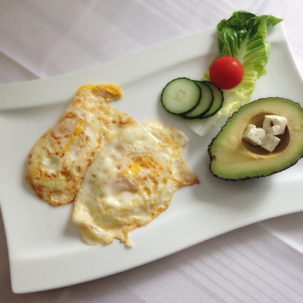 Frokost: 3 egg, avokado, fetaost og greens