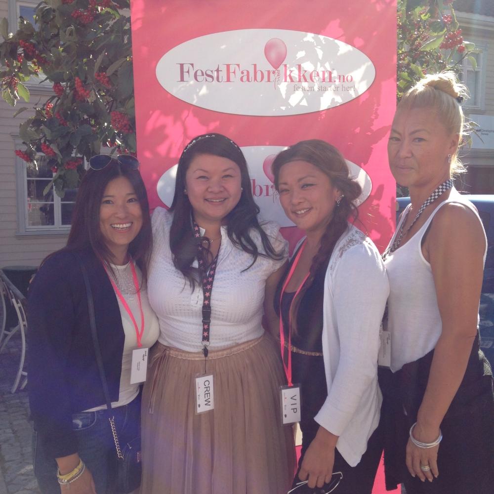 Vi har samlet oss selv... 4 asiatere, haha! (Sorry jenter, jeg måtte bare poengtere det).  F.v: Ina, Maja, meg & Maria
