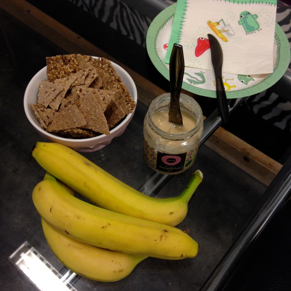 Og mandelsmør (ikke hjemmelaget denne gang) med sunne knekkebrød og litt banan