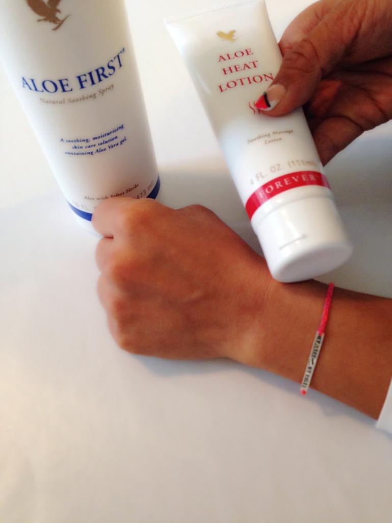 I går skadet jeg håndleddet mitt ordentlig på trening. Jeg sprayet med Aloe first da denne bl.a fungerer istedetfor ispose. For så å smøre med Heat for vonde muskler og ledd.