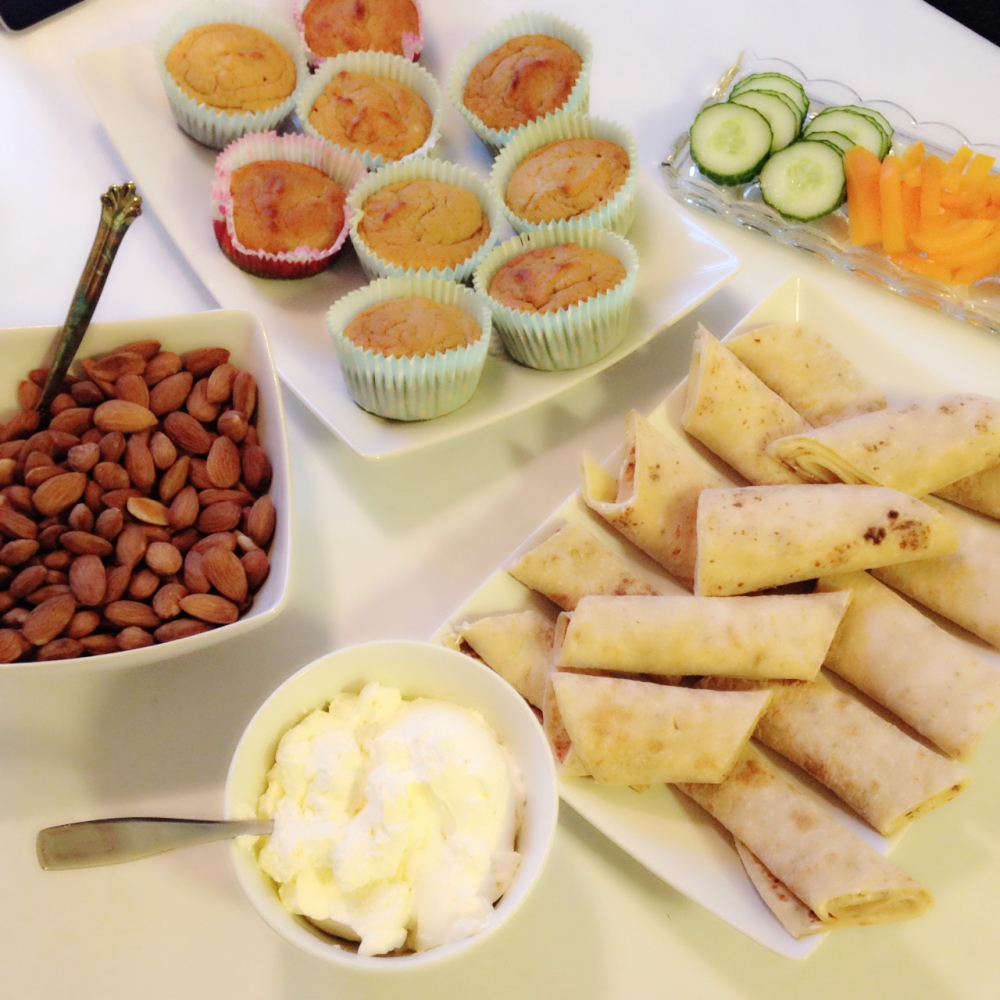 Hjemmelagede salte mandler, hjemmelagede muffins uten mel, egg og sukker, pisket krem med tagateesse, speltolmper med ost og skinkeost