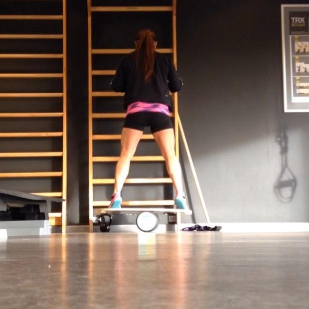 Digg med indie board øvelser for balanse og det å gjøre seg trygg på et rullende brett