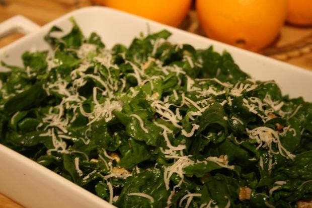 Spinatsalat med valnøtter, parmesan og sitron