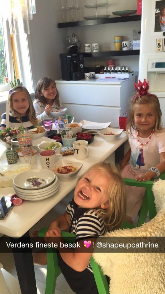 Se på de skjønneste jentene, klare for mat, det meste #matmotbetennelse <3 !