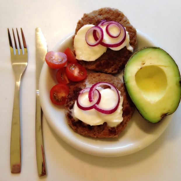 Burger med mozarella, avokado, løk og tomat- easy at that. Bytt gjerne ut tomater med agurk eller brokkoli i ketose hvis det er nødvendig pga karbohydratinnholdet. Det regulerer du selv.